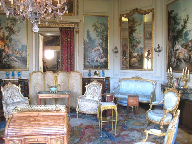 800px-Musée_Nissim_de_Camondo_-_Salon_des_Huets room furnished in Louis XV style